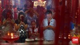 Sejumlah umat sembahyang di Kelenteng Dewi Kwan Im. Pada tahun baru Imlek atau Sin Tjia, warga keturunan Tionghoa dari dalam dan luar Palembang beribadah di tempat ini. (CNN Indonesia/Safir Makki)
