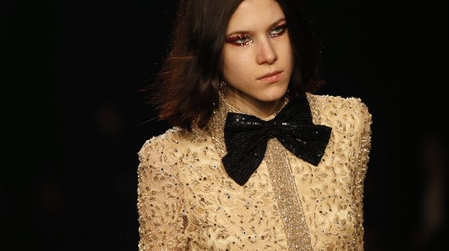 'Gaun Payudara' Saint Laurent Terinspirasi Lil' Kim?