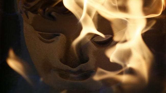 <p>Piala itu dikenal sebagai Phosphor Bronze (PB3) alias Perunggu Fosfor. Dinamai demikian, menurut situs resmi BAFTA Awards, karena warnanya yang memang perunggu kecokelatan.</p>