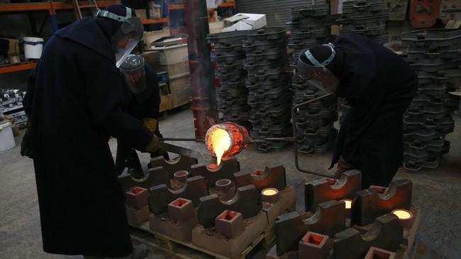 <p>Sejak 1976, BAFTA Awards memercayakan pembuatan piala topeng itu kepada New Pro Foundries di West Drayton, Middlesex. Produksinya menarik. Logam dipanaskan dengan suhu 1090 derajat Celcius sebelum dituang ke cetakannya.</p>