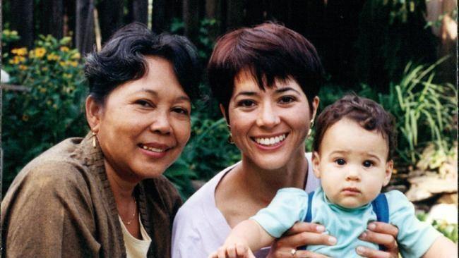 Si sulung Marie Claire Lintang Coffin-Simonetti memberikan dua cucu untuk Nh Dini, Gabriel (24 tahun) dan Sébastien (21 tahun). Dua tahun lalu, Nh Dini berlibur bersama keluarga Lintang di Bali. Lintang selalu merindukan derai tawa ibunya.
