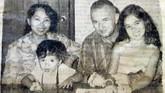 Senyum bahagia Nh Dini bersama keluarga: Yves Coffin (suami), Marie Claire Lintang Coffin (putri sulung) dan Pierre Louis Padang Coffin (putra bungsu). Kini, Lintang (55 tahun) dan Padang (49 tahun) masing-masing menetap di Kanada dan Perancis.