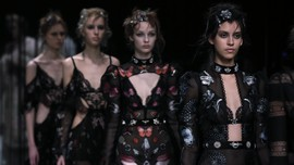 Kembalinya Alexander McQueen ke London Fashion Week
