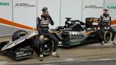 Dua pebalap Force India ketika mengenalkan VJM09. Tim asal India itu mengatakan perubahan paling drastis adalah pada aerodinamika mobil. (Reuters/Sergio Perez)