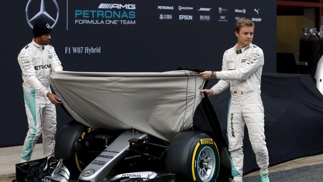 Lewis Hamilton dan Nico Rosberg dalam peluncuran Mercedes W07. Meski secara tampilan mirip dengan mobil musim 2015, Mercedes mengatakan ada revolusi kecil pada mesinnya. (Reuters/Sergio Perez)