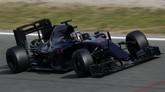 Toro Rosso yang dikendarai Carlos Sainz terlihat polos. Tapi perubahan paling kentara pada STR11 adalah pada mesinnya yang beralih dari Renault menjadi Ferrari. (Getty Images/Clive Mason)
