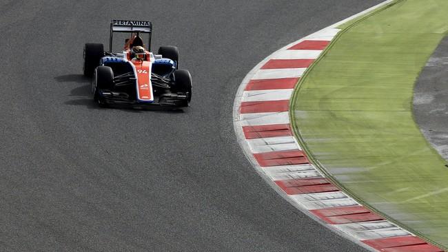 MRT-05 sedang dijajal oleh rekan setim Rio Haryanto, Pascal Wehrlein. Warna biru-merah dominan pada mobil tim asal Inggris tersebut. (Reuters/Sergio Perez)