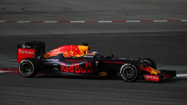 Red Bull memberikan porsi yang lebih banyak untuk gambar produk mereka di desain mobil. Dari udara maupun samping, mobil tersebut terasa 'sangat' Red Bull. (Reuters/Sergio Perez)