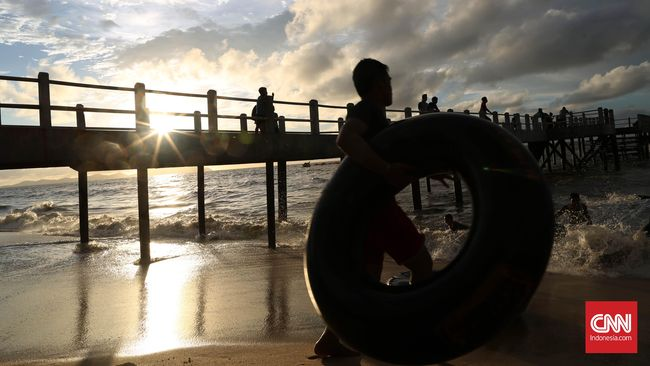 Mengantar Senja di Pantai Pasir Panjang Singkawang