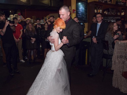 Penampilan Hayley Williams di Hari Pernikahan, Pakai Boots dan T-shirt