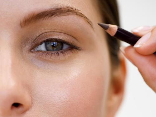 Ngeri! Pensil Alis Menancap di Mata Wanita Ini Saat Makeup Dalam Mobil