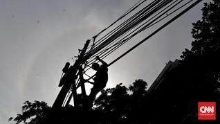 Ratusan Tiang Listrik Berdiri di Tengah Jalan Bekasi