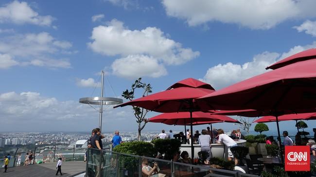 Satu lantai di atas taman ini terdapat restoran terbuka atau rooftop. Namun, tempat ini hanya bisa dinikmati bagi tamu yang menginap di Hotel Marina Bay Sands.