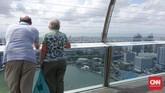 Meski telah membayar tiket, pengunjung tak serta merta bebas melihat pemandangan panorama 360 derajat dari atas gedung ini. Pengunjung hanya bisa melihat pemandangan yang mengarah ke seberang Hotel Marina Bay Sands dan laut lepas yang tampak Pulau Batam, Indonesia, di kejauhan.