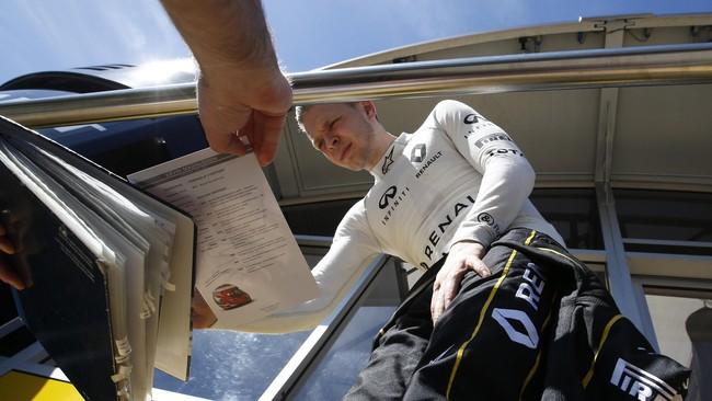Sementara pebalap muda Renault, Kevin Magnussen, meladeni permintaan tanda tangan dari para penggemar yang memadati sirkuit Katalonia. (Reuters/Albert Gea)