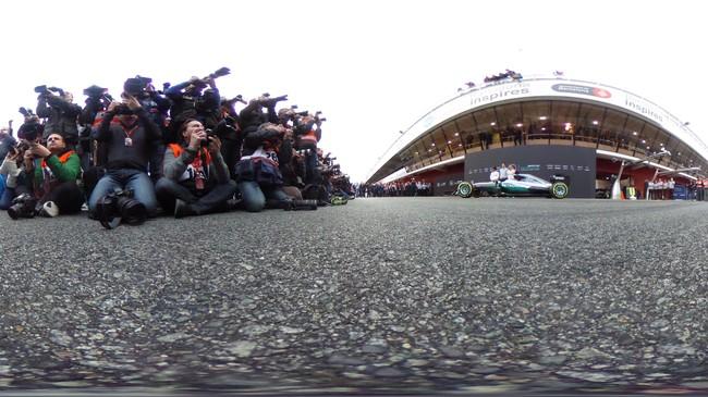 Sesi pramusim kedua Formula 1 dimulai pada Selasa (1/3) di Sirkuit Katalonia. Ajang balap jet darat itu menarik perhatian media dari berbagai belahan dunia. (Dan Istitene/Getty Images)