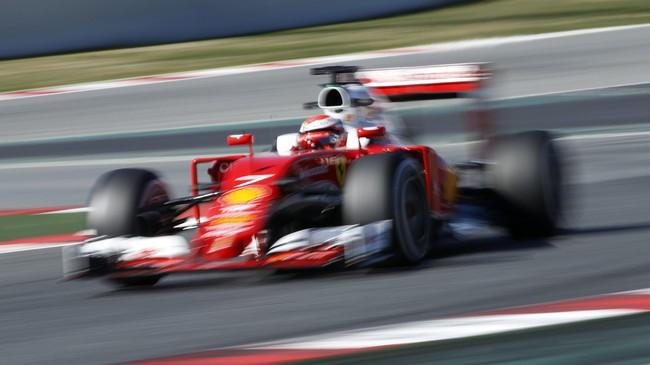 Ferrari yang menggunakan hidung lebih pendek untuk mendapatkan aerodinamika menduduki peringkat empat lewat Kimi Raikkonen. (Reuters/Albert Gea)
