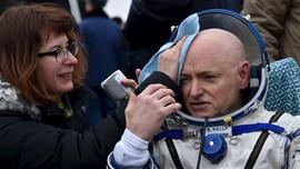Pendaratan Dua Astronaut setelah Tinggal Setahun di Antariksa