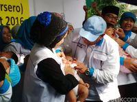 Vaksin polio juga pernah menjadi masalah ketika terbongkar jaringan pemalsu vaksin di Tangerang Selatan tahun 2016 lalu. Tingkat kepercayaan masyarakat berkurang sehingga beberapa orang tua menunda pemberian vaksin pada anaknya. Foto: Tya Eka Yulianti