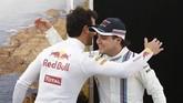 Usai jumpa pers, para pebalap mengikuti sesi foto untuk media. Di sela kegiatan tersebut, Ricciardo (kiri) menyapa dan berpelukan dengan mantan pebalap Ferrari, Felipe Massa yang sejak tiga tahun lalu memperkuat Williams. (Reuters/Brandon Malone)
