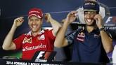 Setelah candaan tersebut, sambil masih tertawa, Vettel dan Ricciardo kembali memakai topi masing-masing. (Reuters/Brandon Malone)