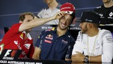 Vettel langsung saja melepaskan topi tim Ferrari miliknya dan mencabut topi tim Red Bull dari kepala Ricciardo. Topi merah itu pun langsung mendarat di atas kepala Ricciardo. (Reuters/Brandon Malone)