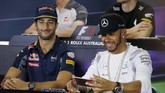 Tak hanya Vettel, juara dunia dua tahun berturut-turut, Lewis Hamilton (kanan) pun iseng. Dia menyiapkan mode kamera pada telepon selulernya. (Reuters/Brandon Malone)