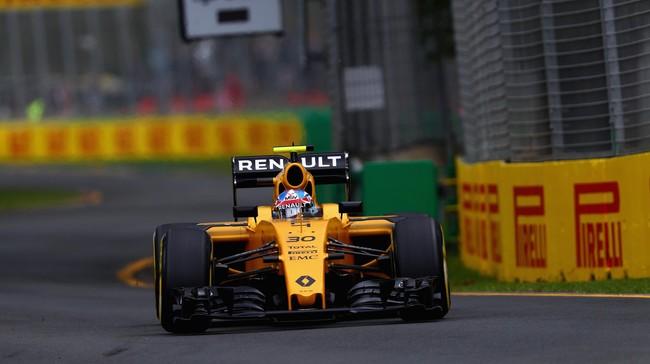 Suasana kelabu Sirkuit Albert Park sedikit dicerahkan oleh livery baru Renault. Diluncurkan pada Rabu kemarin, Renault menjadi satu dari segelintir tim yang memilih warna terang di musim ini. (Clive Mason/Getty Images)