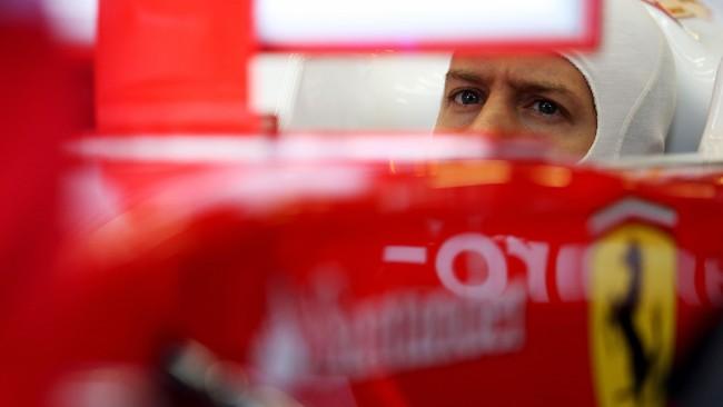 Sebastian Vettel bahkan tidak sempat menjajal mobilnya untuk mencatatkan lap time. Ia hanya bisa pasrah di kokpit mobilnya. (Lars Baron/Getty Images)