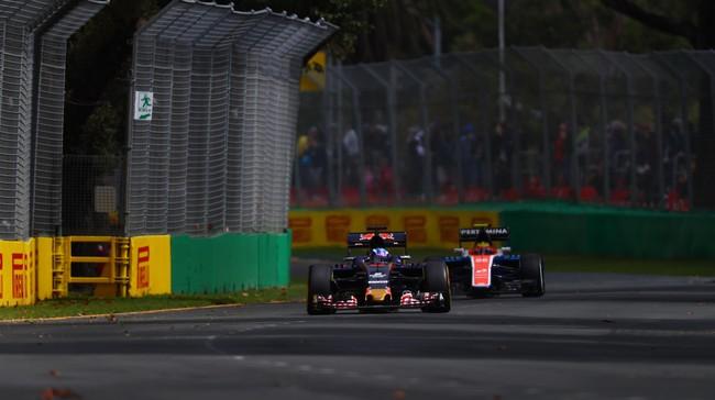 Salah satu mobil Manor Racing menguntit mobil Rookie terbaik tahun lalu, Max Verstappen. Pebalap Belanda itu diprediksi kembali unjuk gigi musim ini. (Clive Mason/Getty Images)