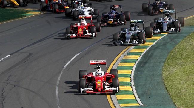 Sebastian Vettel mengejutkan dunia dengan langsung merebut posisi pertama di tikungan pertama. Ferrari terlihat memiliki sistem transmisi yang lebih baik untuk memulai balapan. (REUTERS/Jason Reed)