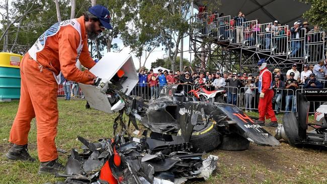 Panitia balapan harus membersihkan kepingan (debris) mobil sebelum balapan bisa dilanjutkan. (REUTERS/Joe Castro/AAP)