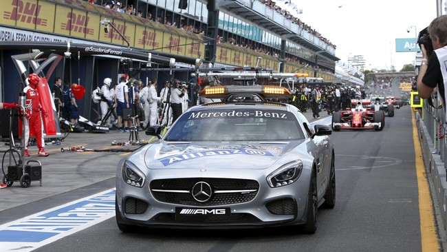 Kecelakaan parah itu membuat panitia mengibarkan bendera merah tanda balapan dihentikan dan juga mengeluarkan safety car. (REUTERS/Brandon Malone)