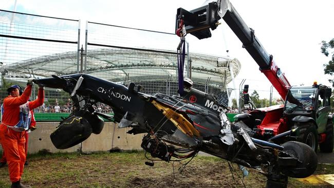 Drama selanjutnya terjadi ketika Fernando Alonso berbenturan dengan Esteban Gutierrez di putaran ke-19. Mobil Alonso kemudian menabrak dinding lintasan sehingga rusak parah. (Getty Images/Robert Cianflone)