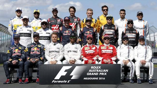 Sebelum balapan pertama Formula 1 dimulai, para pebalap melakukan foto bersama yang menjadi tradisi di ajang balap jet darat tersebut. (REUTERS/Brandon Malone)