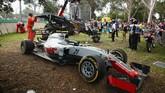 Mobil Gutierrez pun tergelincir keluar dari lintasan karena benturan tersebut. Hal pertama yang dilakukan Gutierrez setelah keluar dari mobil adalah memastikan Alonso baik-baik saja dan bersalaman dengan pebalap Spanyol itu. (Robert Cianflone/Getty Images)