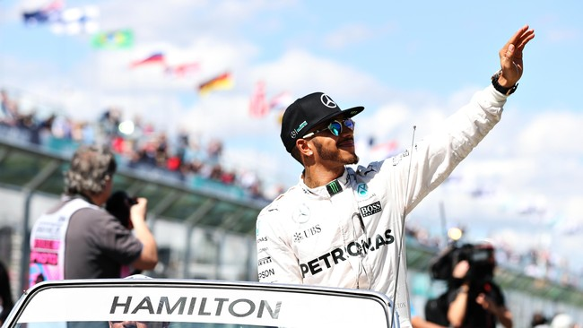 Selain foto bersama, para pebalap pun diarak untuk menyapa penonton. Juara dunia tahun lalu, Lewis Hamilton, tentu disambut meriah. (Getty Images/Mark Thompson)