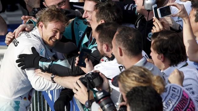 Rosberg memeluk anggota tim Mercedes yang dikatakannya telah memberikan