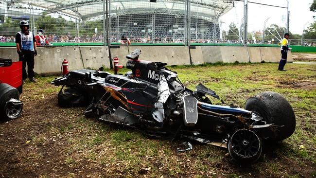 Setelah membentur mobil Gutierrez, mobil Alonso bergesekan dengan tembok pembatas, berputar di udara, dan kemudian menabrak tembok pembatas lainnya. (Robert Cianflone/Getty Images)
