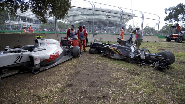 Alonso mengalami kecelakaan di putaran ke-18. Ban kanan belakangnya membentur badan mobil Esteban Gutierrez. (REUTERS/Mark Horsburgh/Handout)