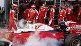 Pebalap Ferrari, Kimi Raikkonen, juga harus rehat lebih awal karena mobilnya sempat terbakar. Tak mau berkomentar, Raikkonen langsung masuk ke dalam paddock. (REUTERS/Brandon Malone)