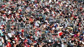GP Australia dihadiri oleh lebih dari seratus ribu penggemar balapan. Mereka bersorak kencang ketika pebalap tuan rumah Daniel Ricciardo melakukan overtake. (Getty Images/Mark Thompson)