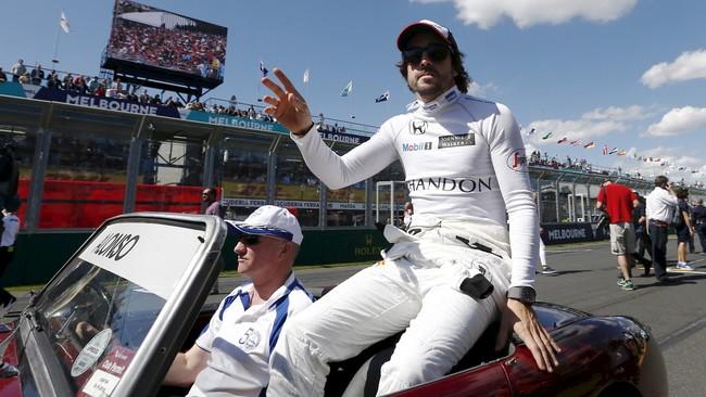 Hari pebalap McLaren, Fernando Alonso, dimulai dengan sewajarnya. Juara dunia dua kali itu ikut parade untuk mengenalkan para pebalap. (REUTERS/Jason Reed)