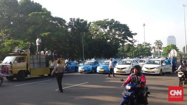 Taksi Tak Ikut Demo Dilempari Botol Minum di Blok M