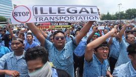 Ahok: Taksi Daring dan Konvensional Sama-sama Langgar Aturan