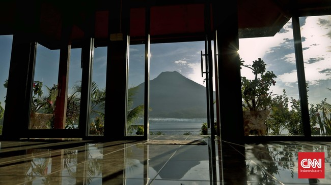 Pemandangan Gunung Ile Mandiri yang dikelilingi lautan menjadi buruan utama para wisatawan yang berkunjung ke Larantuka. (CNN Indonesia/Adhi Wicaksono)