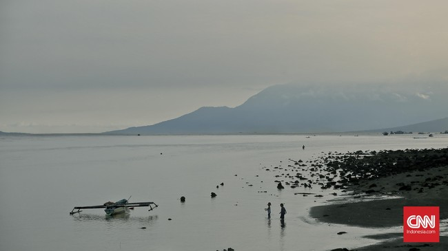 Air laut yang tenang dan jernih membuat anak-anak dapat bermain di pantai. Salah satunya pantai yang berada di sekitarKapel Tuhan Meninu, Larantuka. (CNN Indonesia/Adhi Wicaksono)