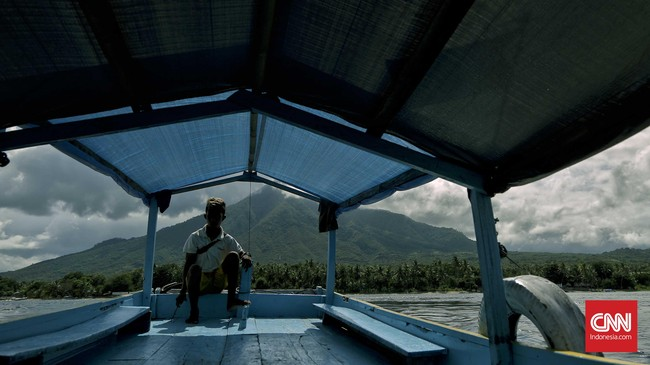 Penyebrangan menggunakan perahu antar pulau dari Larantuka dapat membuat wisatawan menelusuri sejarah kerajaan Katolik di tanah Flores. (CNN Indonesia/Adhi Wicaksono)