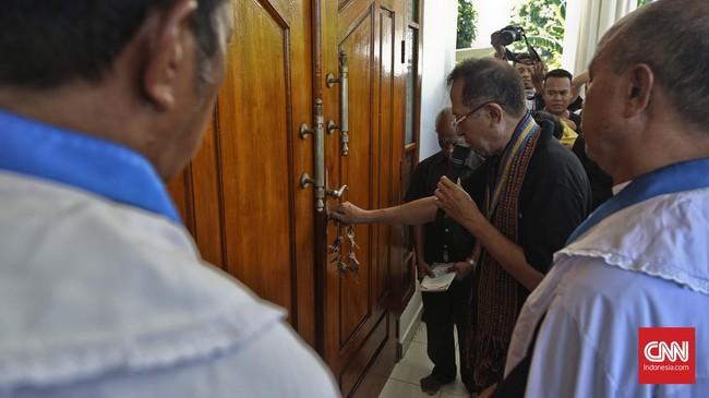 keturunan Raja Larantuka Don Lorenzo III yakni Don Andre III Martinus Diaz Viera de Godenho (DVG) membuka Kapel Tuan Ma pada saat peringatan Kamis Putih.(CNN Indonesia/Adhi Wicaksono)