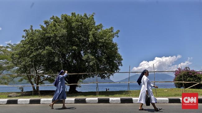 Dua biarawati berjalan menuju Kapela Tuhan Ma, Larantuka, Flores Timur, untuk mengikuti ibadah Kamis Putih, Kamis, 24 Maret 2016.(CNN Indonesia/Adhi Wicaksono)